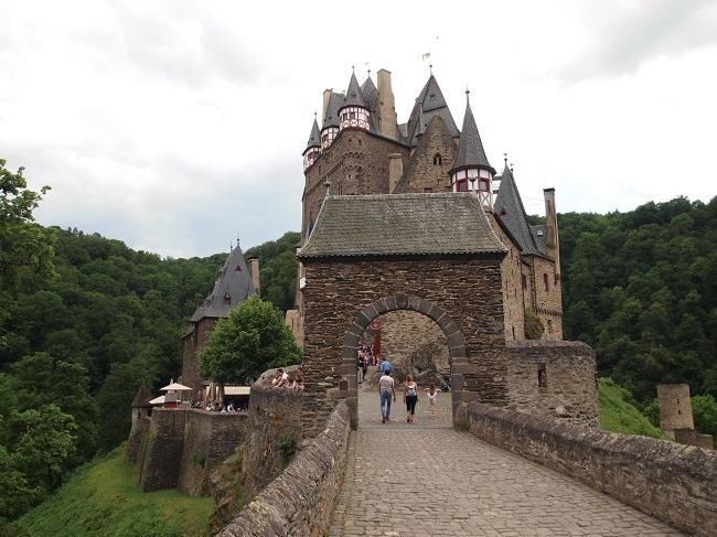 【ドイツ3大美城】ひっそりと佇む姿が美しいエルツ城