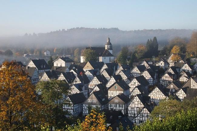 モノクロトーンの街並みが美しいフロイデンベルクの中世マルクト