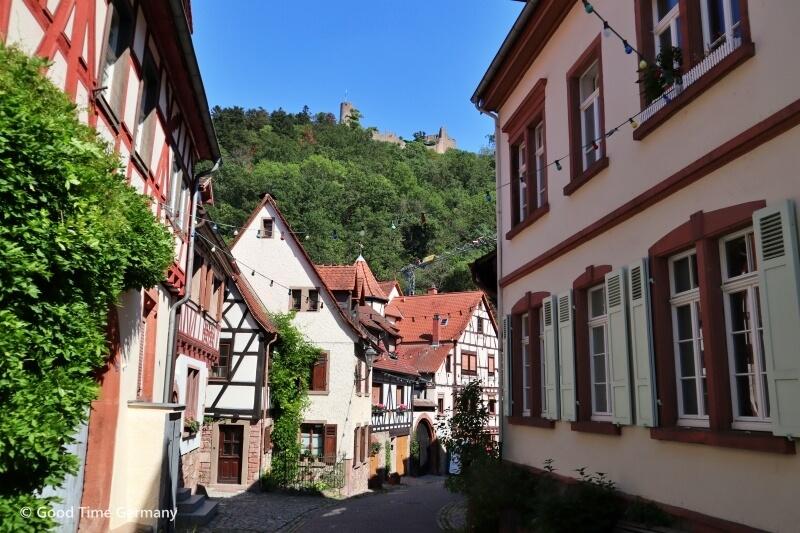 山の上には2つの古城 木組みの家が並ぶ小さな街ヴァインハイム